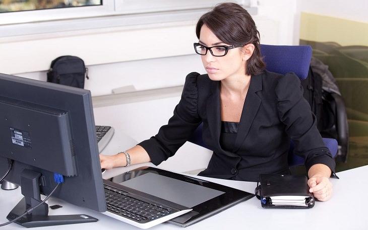 בדיחה על מזכירה חדשה: מזכירה במשרד