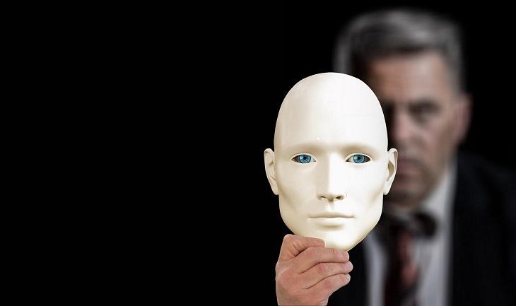דברים שלא צריך להתבייש בהם ולהסתיר ממטפל: גבר מחזיק מסכה מול פניו