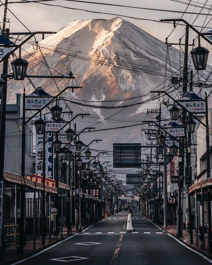 תמונות מדהימות מאסיה: נוף עירוני עמוס בחוטי חשמל מול הר