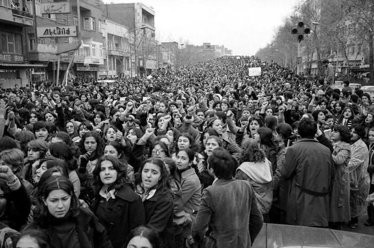 תמונות היסטוריות: נשים איראניות מפגינות נגד חוק החיג'אב בטהרן, 1979
