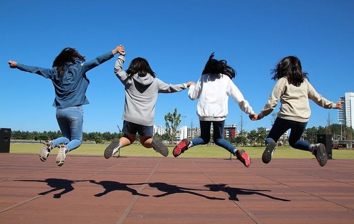עצות הורות לגידול ילד יחיד: 4 ילדות קופצות ביחד באוויר