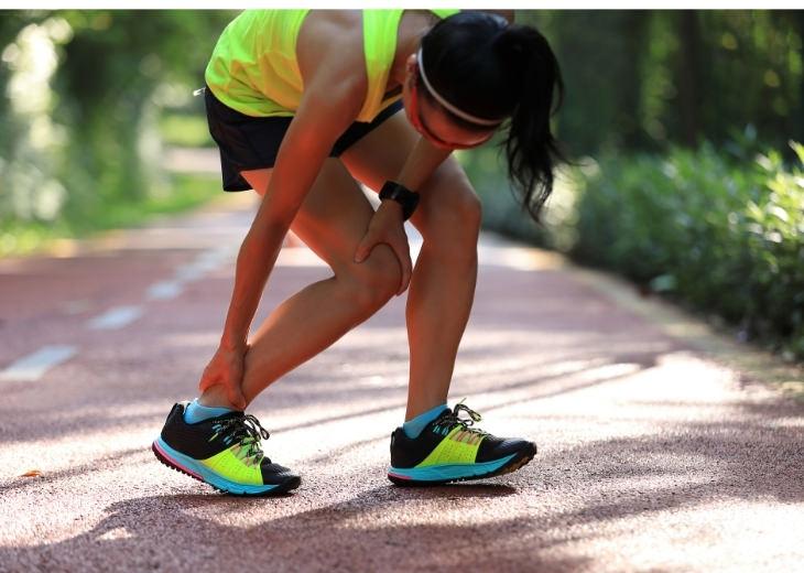 קצב צעדים בריצה: אישה מחזיקה את הרגל שלה בכאבים אחרי ריצה