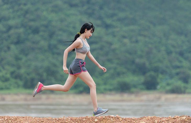 קצב צעדים בריצה: אישה רצה