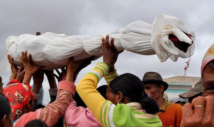 מנהגי קבורה מיוחדים: אנשים מחזיקים עצמות עטופו בבד