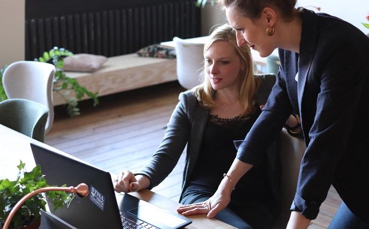 טיפים לתדמית מנצחת במקום העבודה: שתי נשים מול מחשב במקום עבודה