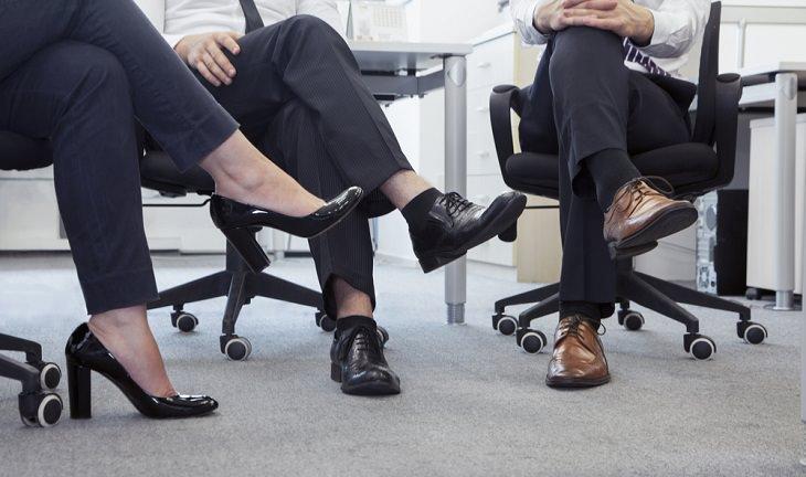 טיפים לתדמית מנצחת במקום העבודה: אנשים יושבים עם רגליים משוכלות