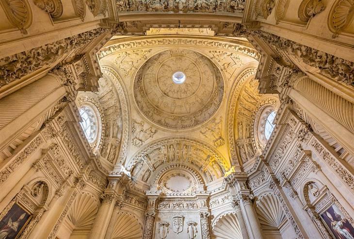 תמונות מדהימות: התקרה הלבנה והמעוטרת של קתדרלת סביליה בספרד
