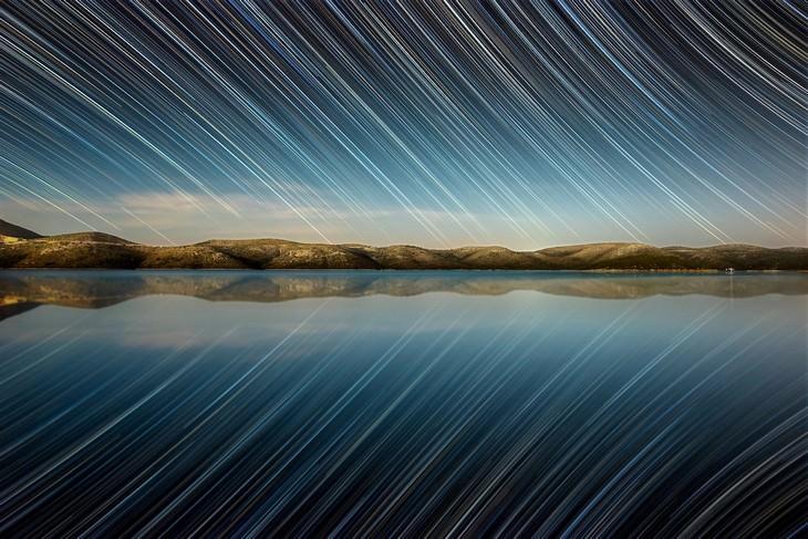 תמונות מתחרות האסטרונומיה: צילום של האי דוגי אוטוק וברקע כוכבים בתנועה