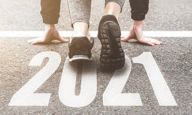 טיפים לקידום אתרים 2021: איש מתכונן לריצה על רצפה שעליה רשום 2021