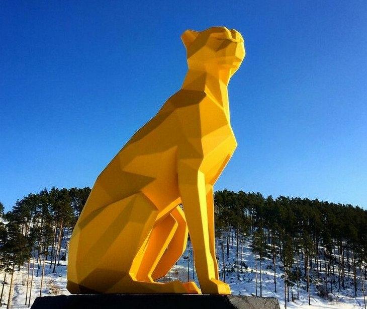 פסלי חיות: צ'יטה על רקע הר מושלג