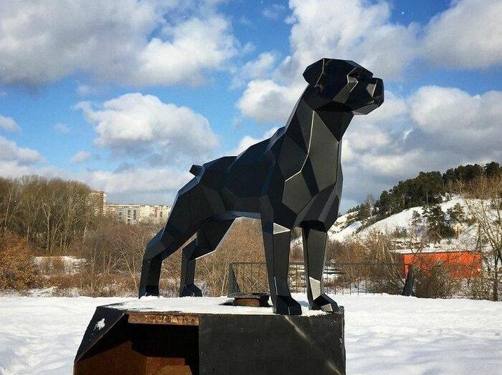 פסלי חיות: כלב על רקע הר מושלג