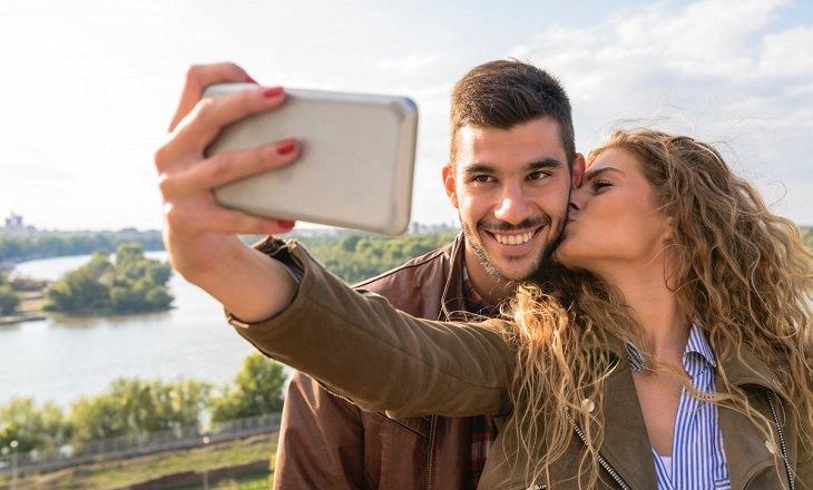 סימני אזהרה לאהבה מזויפת: זוג מצלם את עצמו ומתנשק