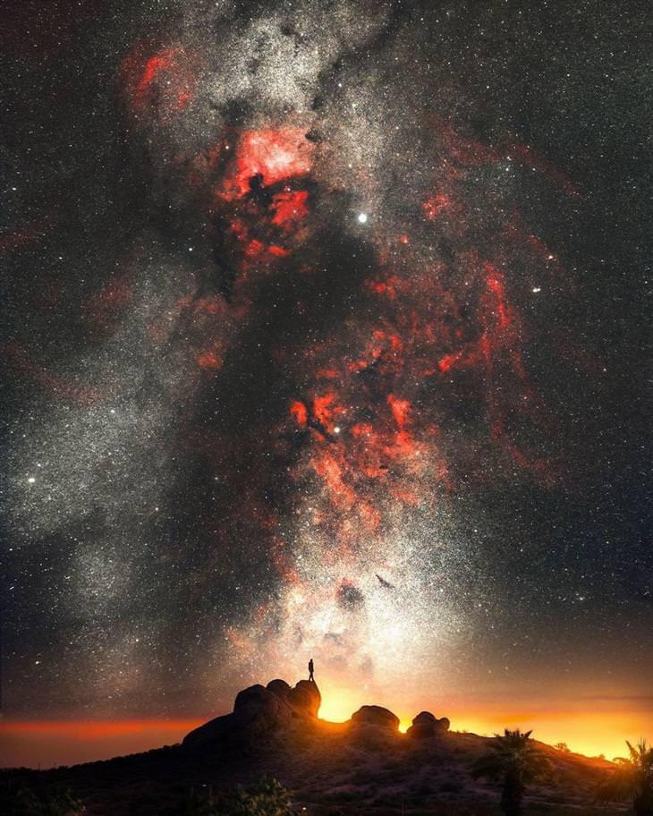 שביל החלב בשמי הלילה של קניון הסלע האדום בנבדה