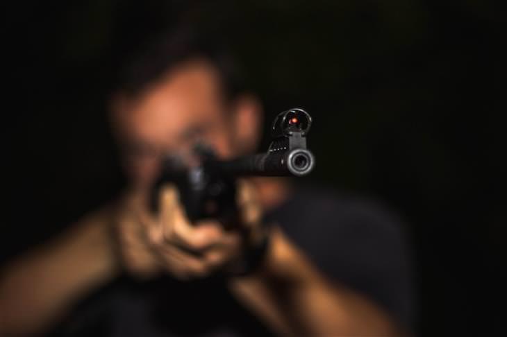 כיתת יורים: אדם מכוון נשק