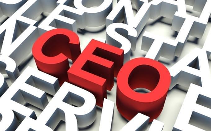 מבחן ראשי תיבות באנגלית: האותיות CEO בולטות באדום