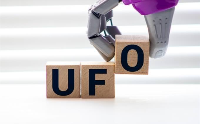 מבחן ראשי תיבות באנגלית: יד רובוטית מניחה קוביות עם האותיות UFO