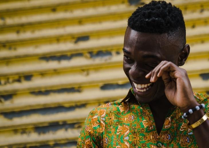 יתרונות בריאותיים ונפשיים של בכי: אדם צוחק ובוכה