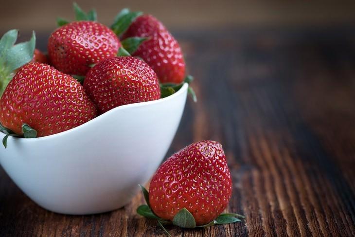 פירות וירקות עם מעט סוכר: תותים