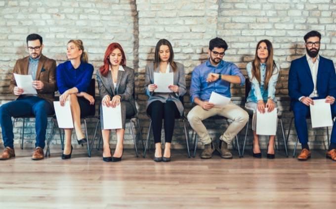 מבחן אישיות - מה סוג השיפוטיות שלך: מרואיינים ממתינים בתור לראיון עבודה