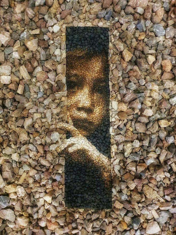 יצירות פיספס מקסימות מאבנים קטנות: ילד מציץ דרך חרך קטן