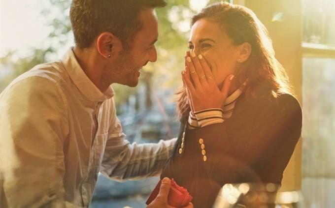 מבחן אישיות - מה סוג השיפוטיות שלך: גבר מביא טבעת לבחורה