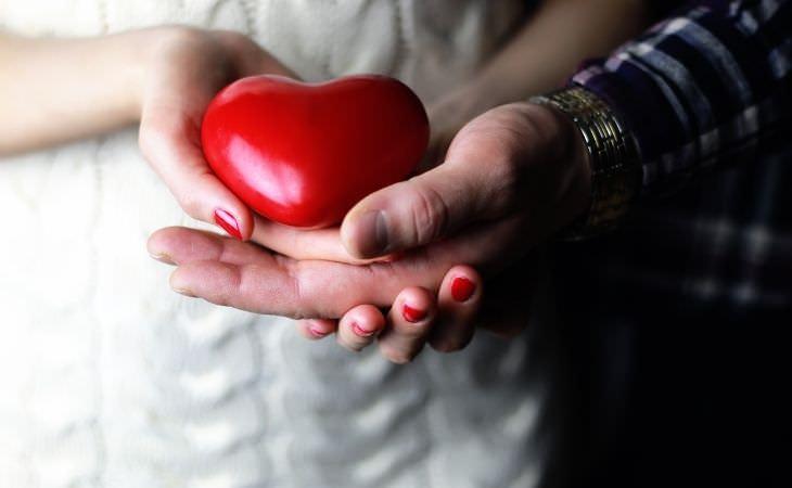 איך להתמודד עם המשפחה של בן או בת הזוג: זוג מחזיק לב