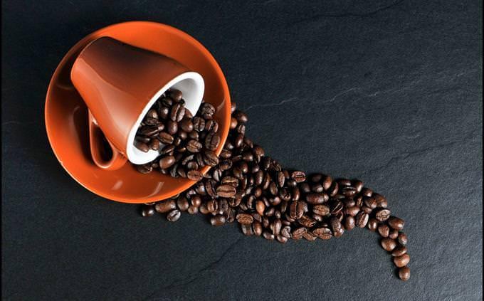 מבחן בריאות על גוף האדם: כוס קפה עם פולים