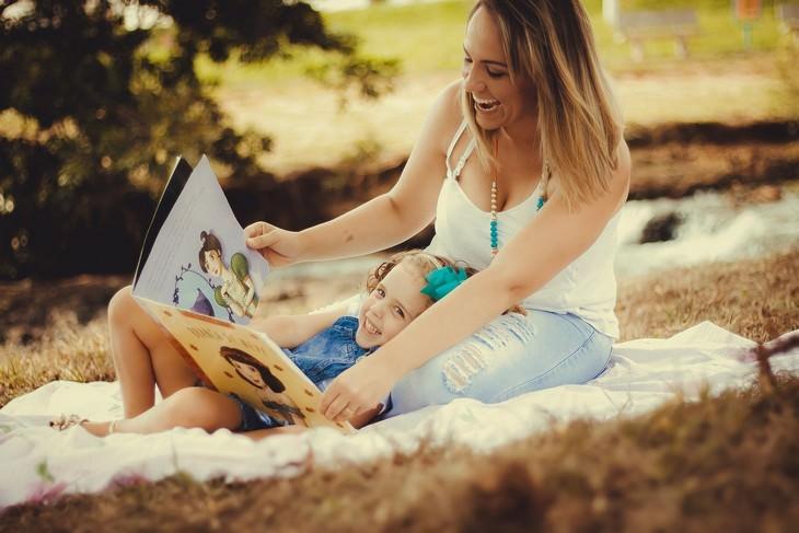 עצות לשיחות קשות עם ילדים: אימא וילדה קוראות ספר
