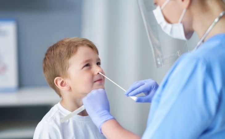 תסמינים מתמשכים של קורונה אצל ילדים: ילד עושה בדיקת מטוש