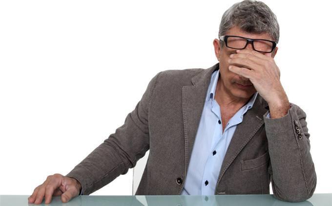 מבחן אישיות: גבר משפשף את העיניים