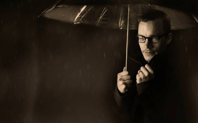 מבחן חוקים: גבר עם מטרייה בגשם