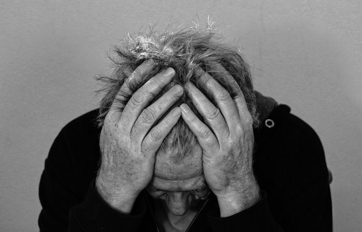 משבר גיל ה-40: איש מחזיק את הראש