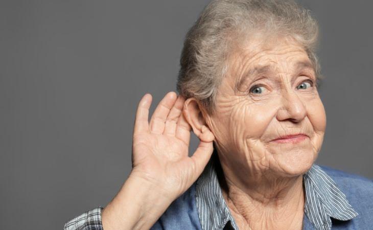 איך למנוע נזקים לשמיעה בהאזנה לאוזניות: אישה מטה אוזן