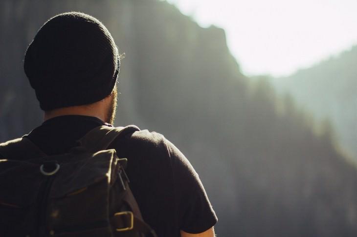 משבר גיל ה-40: איש מביט אל הנוף