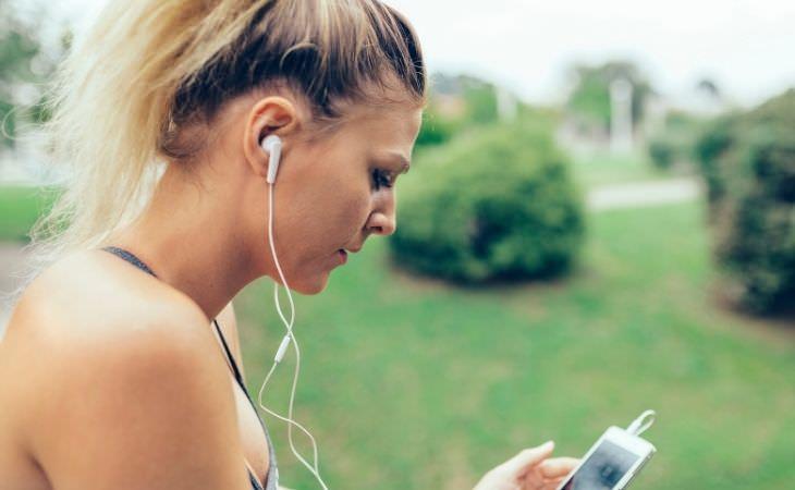 איך למנוע נזקים לשמיעה בהאזנה לאוזניות: אישה עם אוזניות