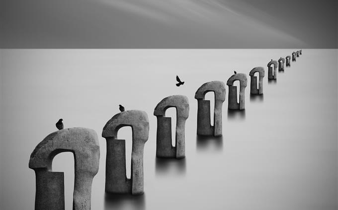 מבחן חוקים: שורה של פסלים וציפורים
