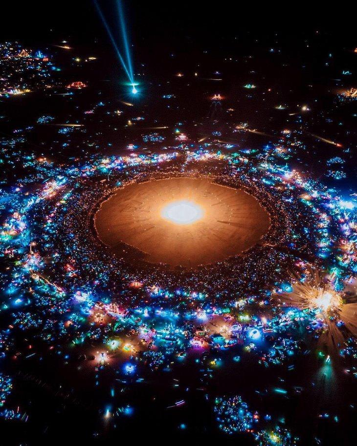 תמונות מבלבלות: פסטיבל ברנינג מן מלמעלה בלילה