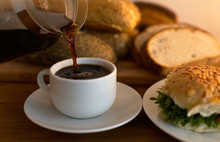 שינויים קטנים לחיים מאושרים: כוס קפה וארוחת בוקר