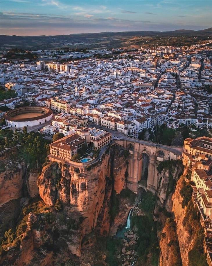 תמונות מדהימות מהעולם: הקניון העמוק שחוצה את העיר רונדה, ספרד