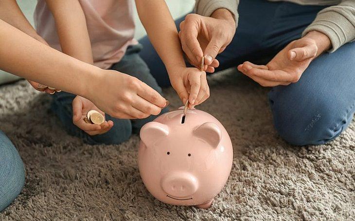 שירות מומלץ לניהול כלכלי וחיסכון בכסף: משפחה מכניסה כסף לקופת חיסכון