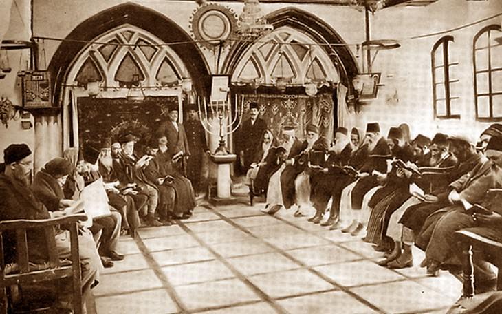 תמונות מלפני קום המדינה: מתפללים בבית כנסת ספרדי