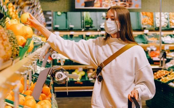 מבחן ראייה: אישה עושה קניות