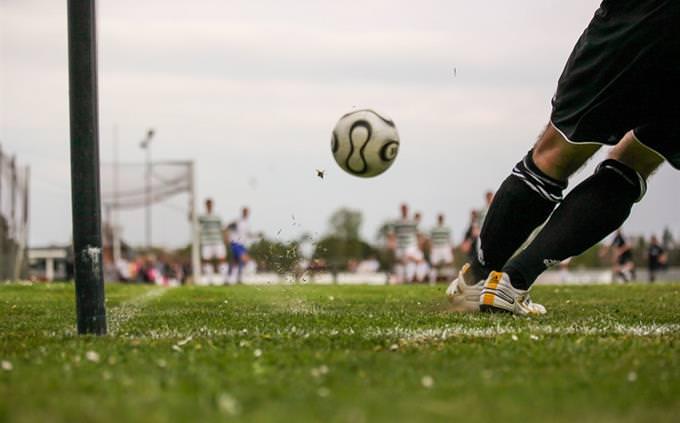 חידון אליפות אירופה בכדורגל: רגל מגביהה כדור רגל על מגרש כדורגל