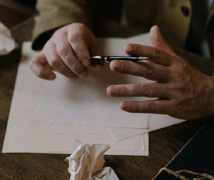 דרכים לשפר את החיים: דמות מול דפים ריקים