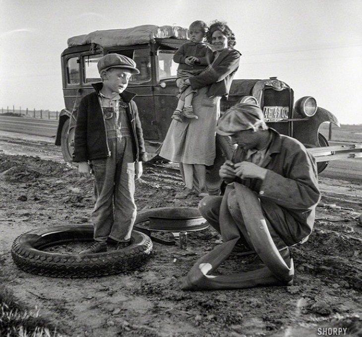 """תמונות נוסטלגויות שקיבלו חיים חדשים בצבע: משפחה מתקנת צמיג לאורך כביש US99 בארה""""ב - שנת 1937"""
