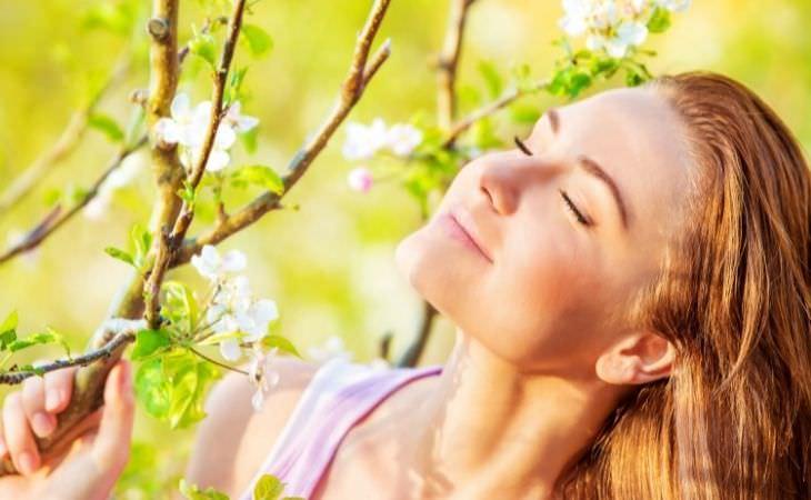 טעויות שתתחרטו עליהן בעתיד: אישה מול עץ פרחוני