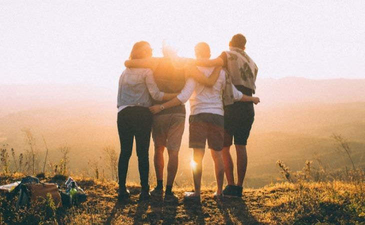 טעויות שתתחרטו עליהן בעתיד: חברים מחובקים על צוק
