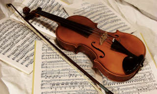 אוסף כתבות בנושאי תרבות ואומנות: כינור וקשת על עמודי תווים