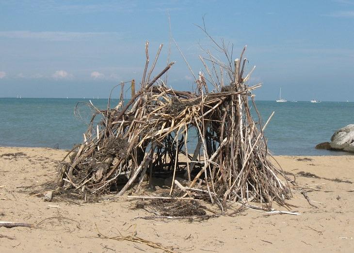 בדיחה על אי בודד: בקתת עץ על חוף הים