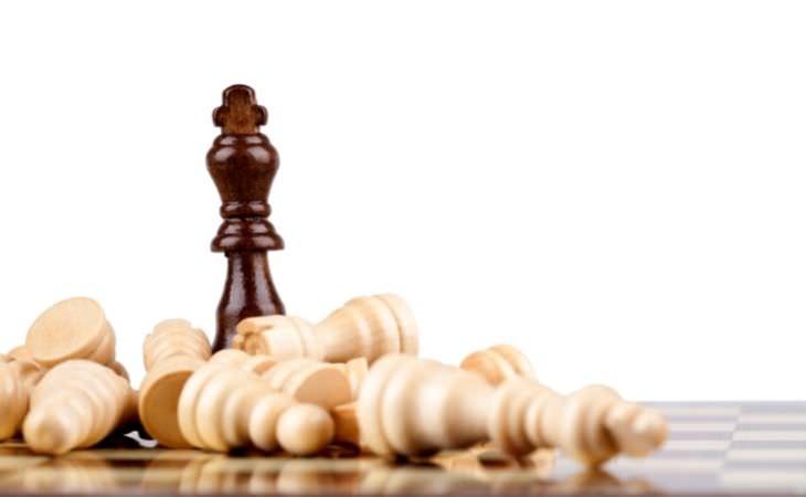 איך לתעל יצר תחרותי: כלי שחמט שרק אחד מהם עומד והשאר נפלו